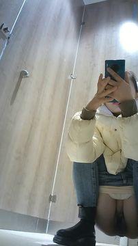十二月最新流出国内厕拍大神潜入商场全景偷拍美女嘘嘘高颜值极品肉丝裤袜美眉