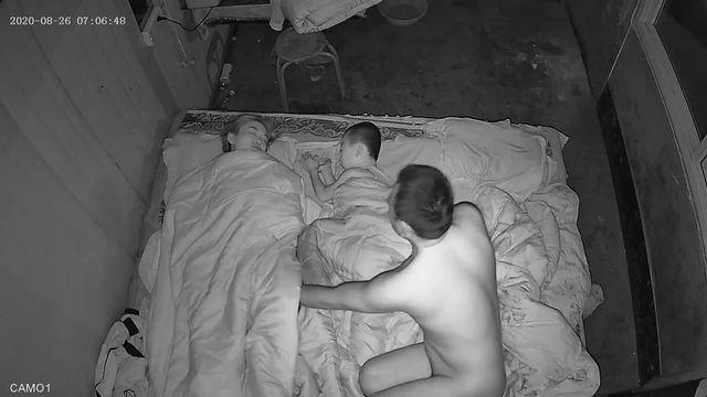 黑客破解家庭网络摄像头偷拍爸爸喜欢早上跨过睡中间的儿子和媳妇过性生活然后回原位继续睡觉